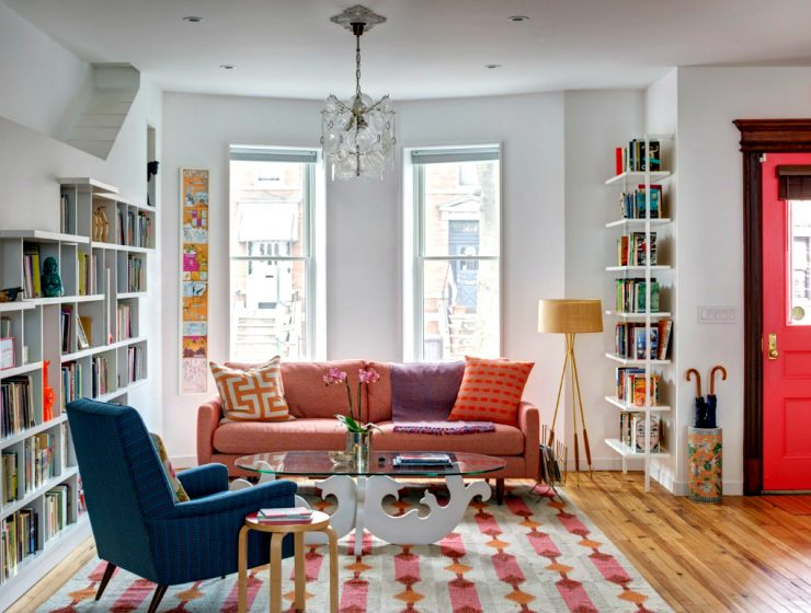 Perfect Living Room Design For Book Lovers | The American firm BFDOArchitects made an amazing job when designing this beautiful living room space! #homeinteriors #interiordesign #livingroom Living Room Design Perfect Living Room Design For Book Lovers featured 8 740x560